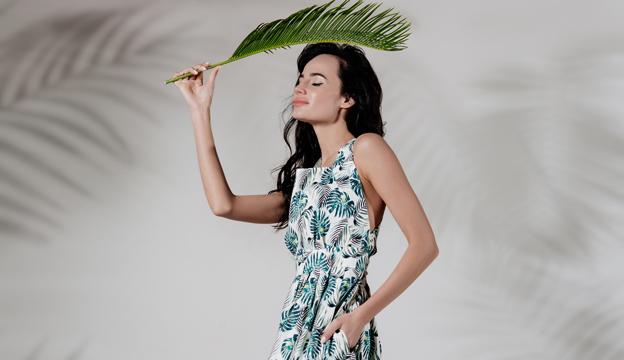 50080e721b89 ... зелени, пастельных оттенков и принтов, хлопка и льна. Сарафаны с  открытой спиной, платья с воланами, рубашки с вышитыми рукавами, легкие летние  костюмы ...